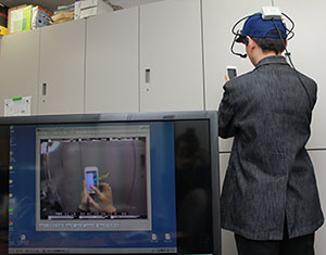スマートフォン操作時の視線分布を計測する実験の準備の様子
